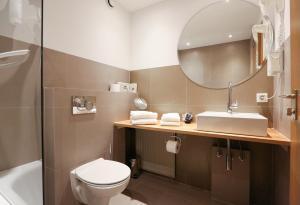 A bathroom at Arthotel ANA Goggl