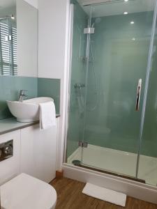 Un baño de McMillan House Studio Apartments
