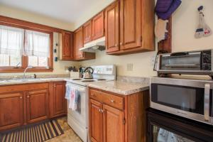 A kitchen or kitchenette at Historic Charmer