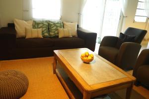 Een zitgedeelte bij Lagoon Marina Apartments