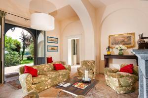 A seating area at Wine Resort Villagrande