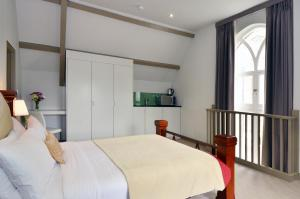 A bed or beds in a room at Arch Hotel