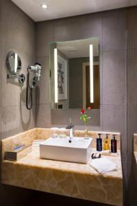 A bathroom at Hotel 2 Fevrier, Lomé