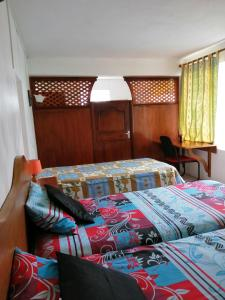 A bed or beds in a room at Auberge Paille en Queue