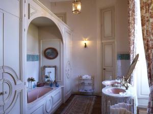 A bathroom at Château de la Flocellière