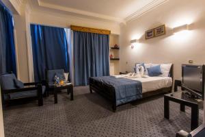 سرير أو أسرّة في غرفة في Cleopatra Hotel