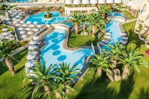 Ein Blick auf den Pool von der Unterkunft Lindos Royal Resort oder aus der Nähe