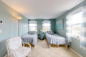 A bed or beds in a room at Sandpiper Cottage