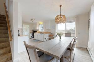 A kitchen or kitchenette at Sandpiper Cottage