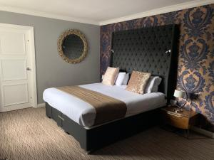 A bed or beds in a room at Mercure Birmingham North Barons Court