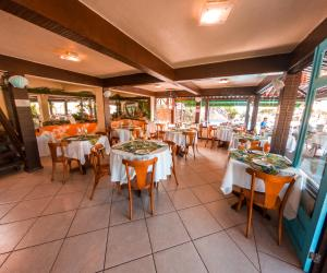 A restaurant or other place to eat at La Boheme Hotel e Apart Hotel