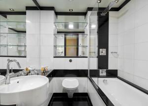 A bathroom at Leonardo Royal London St Paul's