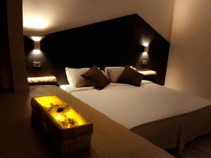 A bed or beds in a room at Hotel Paris