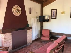 Una televisión o centro de entretenimiento en Casas Rurales el Cerrete de Haro