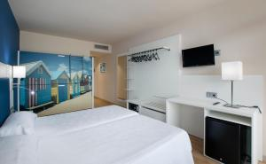 A bed or beds in a room at Hostal Meson Pepa