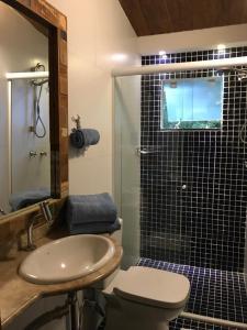 Um banheiro em Suites na Casa da Praia