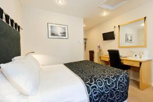 車站酒店房間的床