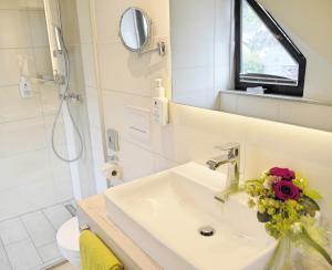 Een badkamer bij Mosel Hotel Hähn