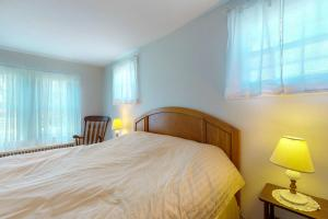 A bed or beds in a room at Dennis Port Delight
