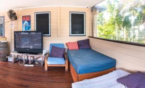 A seating area at Castaways Backpackers Cairns