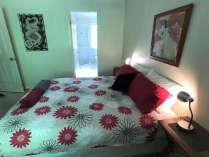 A bed or beds in a room at Treetops Lakeside Apartments