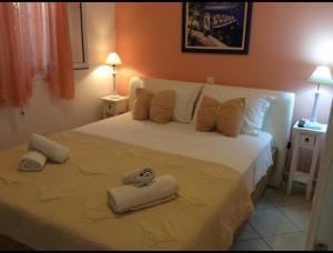 Кровать или кровати в номере Sofia Menigos Apartments No 20