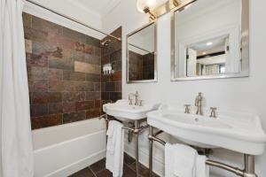 A bathroom at Villa D' Citta