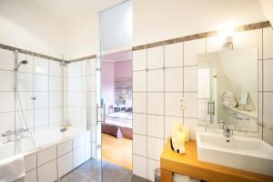 A bathroom at Chateau-Hotel De Belmesnil