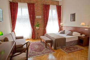 A bed or beds in a room at Hotel Polonia