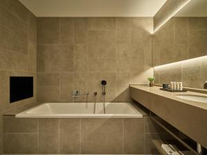 A bathroom at Hotel de Blanke Top
