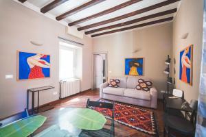 Coin salon dans l'établissement Beautiful apartament 2 minute walk from Colosseum
