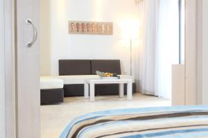 En TV eller et underholdningssystem på Levante Beach Resort