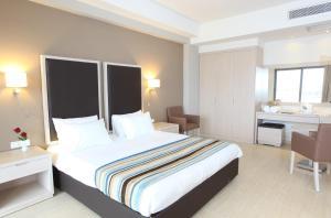En eller flere senger på et rom på Levante Beach Resort