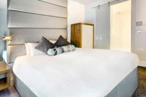 A bed or beds in a room at Sandman Signature Hotel Newcastle
