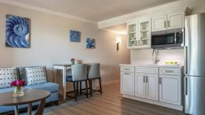 A kitchen or kitchenette at Hollywood Beach Marriott