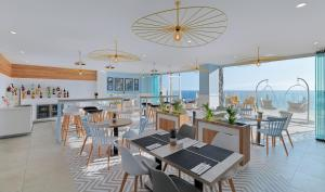 A restaurant or other place to eat at Landmar Playa La Arena