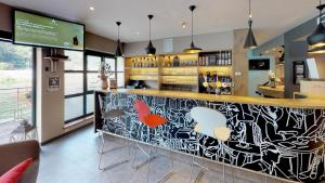 The lounge or bar area at ibis Dinant Centre