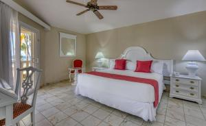 A bed or beds in a room at Playabachata Resort