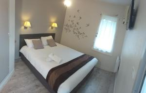 A bed or beds in a room at Fasthotel Avignon Nord Le Pontet