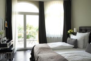Кровать или кровати в номере Villahotel Rheinblick