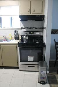 A kitchen or kitchenette at JFK Area Home Away from Home