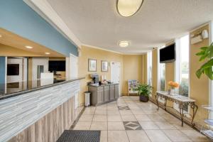 The lobby or reception area at OYO Hotel Alexandria LA- Hwy 165
