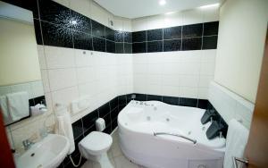 A bathroom at Holiday Resort