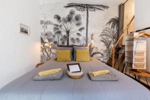 A bed or beds in a room at LE PANIER ENCHANTÉ - Suites & Loft - Terrasse et patio au dessus du Vieux Port