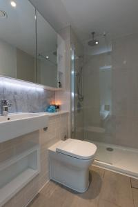 A bathroom at Luxury Central London Apartment