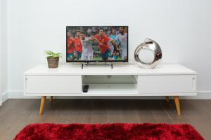 A television and/or entertainment centre at Luxury Central London Apartment