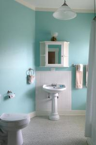 A bathroom at Lakeside Inn on Lake Dora
