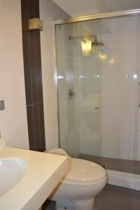 A bathroom at Suite Service Apart Hotel