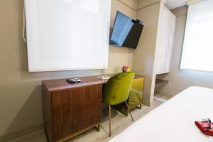 Télévision ou salle de divertissement dans l'établissement Neo Hotel Boutique