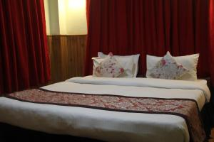 A bed or beds in a room at BluBen Alpine